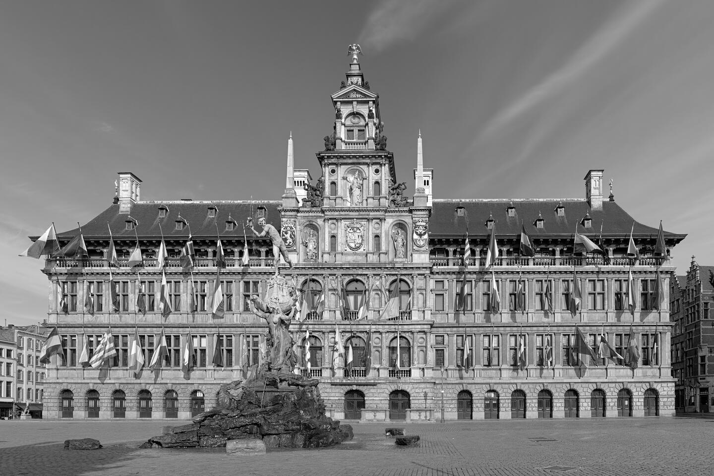 L'Hôtel de Ville sur la Grand-Place avec Brabo au premier plan