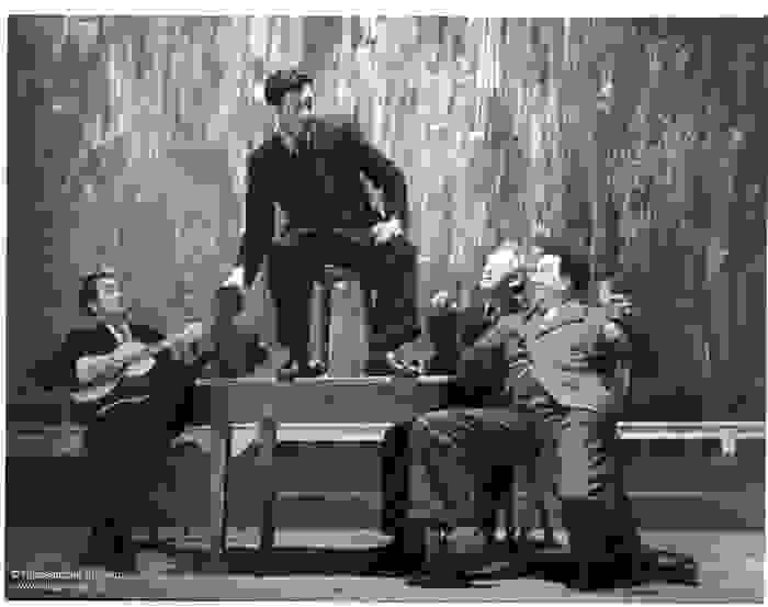 Acteurs sur la scène pendant la pièce Het Spel van Dr Faust