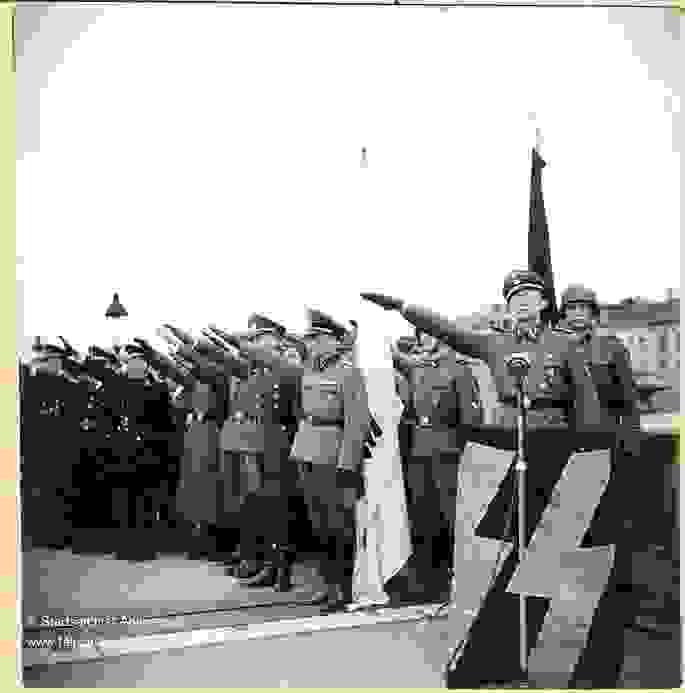SS flamands faisant le salut hitlérien à Anvers