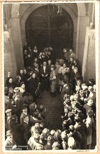 Prisonniers libérés devant l'entrée de la prison