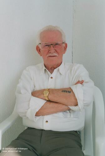 Photo du Juif néerlandais Émile Vos avec sur le bras un tatouage des camps