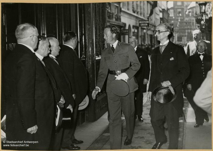 Camille Huysmans serre la main du Roi Léopold III en 1938