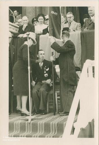 Marcel Louette assis devant un micro face à deux personnes